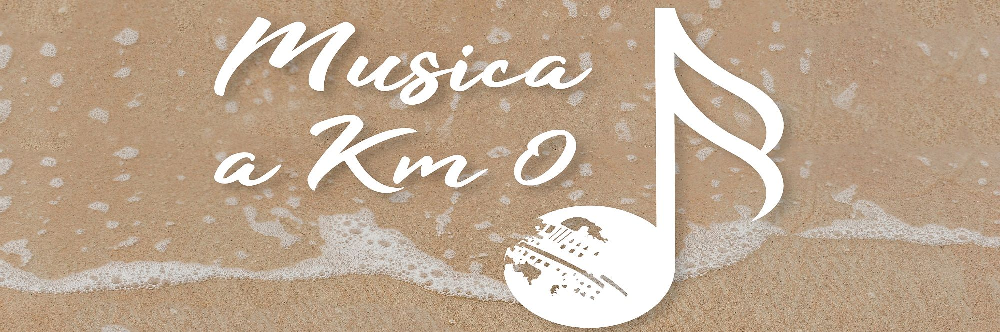logo Musica a Km 0 con scritta bianca accanto ad una nota musicale con la Palla di Pomodoro stilizzata. Tutto su sfondo sabbia