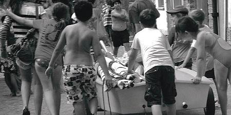 Fotografia di bambini che spingono una barca
