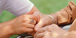 mani anziano mani ragazza