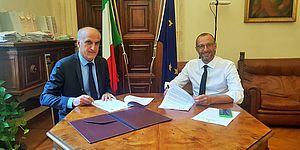 Il sindaco Matteo Ricci e il Prefetto Vittorio Lapolla in Prefettura, seduti al tavolo per siglare l'accordo