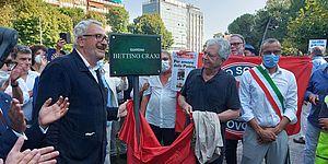 Martelli Bobo Craxi Ricci ed altri davanti la targa di Bettino Craxi