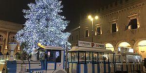 trenino in piazza con albero illuminato