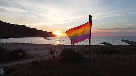 bandiera della pace a baia flaminia