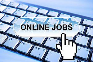 tastiera pc con dito che indica la ricerca lavoro  online