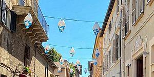 Lanterne appese in via Rossini