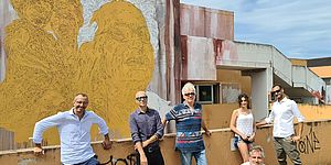 Ricci ed altri davanti al murales