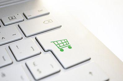 tastiera computer e carrello della spesa