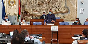 sindaco in sala consiglio comunale