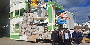 Carro Carnevale Rossiniano con davanti Amministratori