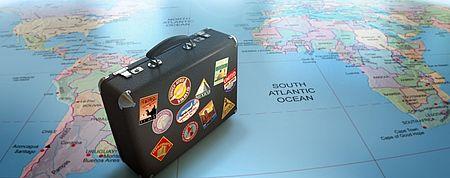 Imagine di una valigia coperta di etichette paesi del mondo
