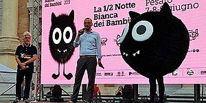 Il Sindaco sul palco di Piazza del Popolo insieme alla mascotte Sparvy