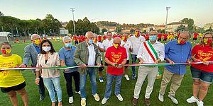 Taglio del nastro campo da calcio con autorità