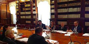 Mariotti Ricci in ufficio con librerie