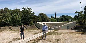Ricci Della Dora davanti fontana