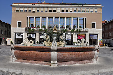 palazzo del Comune con davanti la fontana