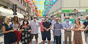 Ricci Vimini Belloni Frenquellucci Pozzi ed altri sotto gli ombrelli di via Curiel
