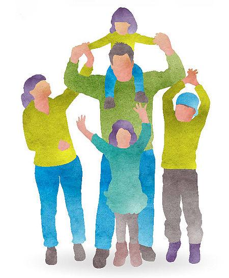famiglia in cerchio i cui componenti si tengono per mano