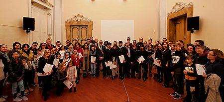 Ricci consegna la Costituzione a 150 neocittadini italiani: «Città più sicure se c'è integrazione»