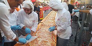 Ricci farcisce la pizza Rossini da record: «Piatto da esportare, grande successo per il festival»