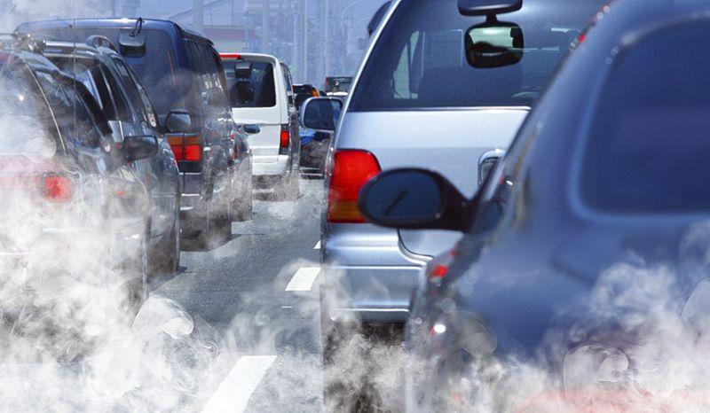 foto di auto e smog