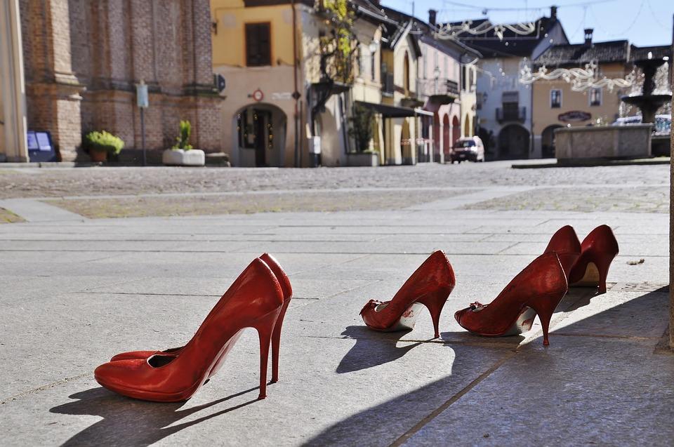 immagine di città con scarpe rossse contro la violenza