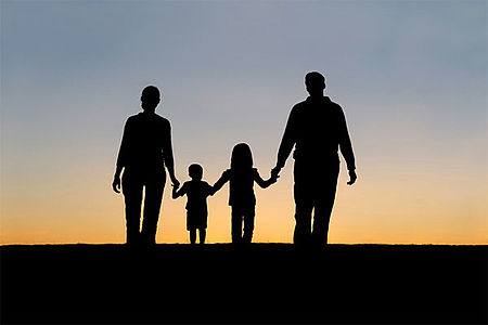 genitori e figli che camminano