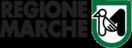 scritta nera Regione Marche e sulla sinistra stemma con bordo verde e all'interno immagine di un picchio ed una M stilizzata