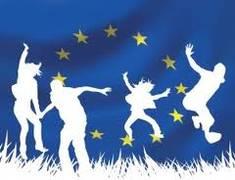 bandiera europea con giovani