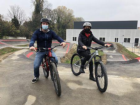 Assessore alla Coesione e al Benessere Mila Della Dora in sella alla bici nella pista da Pump Track
