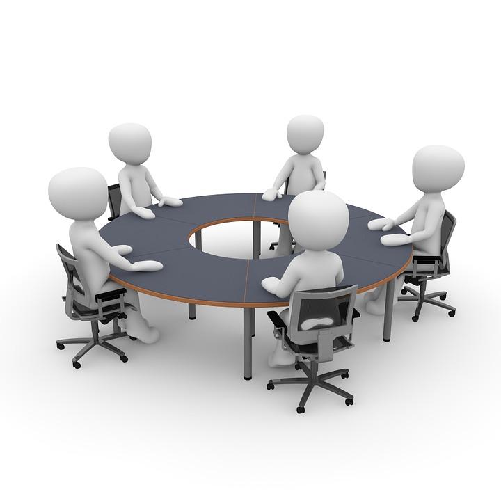 Persone stilizzate intorno ad un tavolo in riunione.