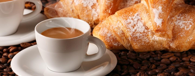 Foto raffigurante caffè e cornetto