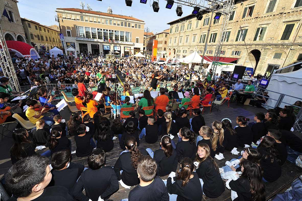 Piazza del popolo affollata