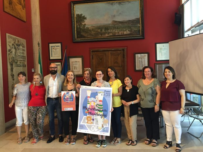 Giuliana Ceccarelli consegna il ricavato del Mercatino delle Meraviglie a Giovanni di Bari,  responsabile associazione onlus