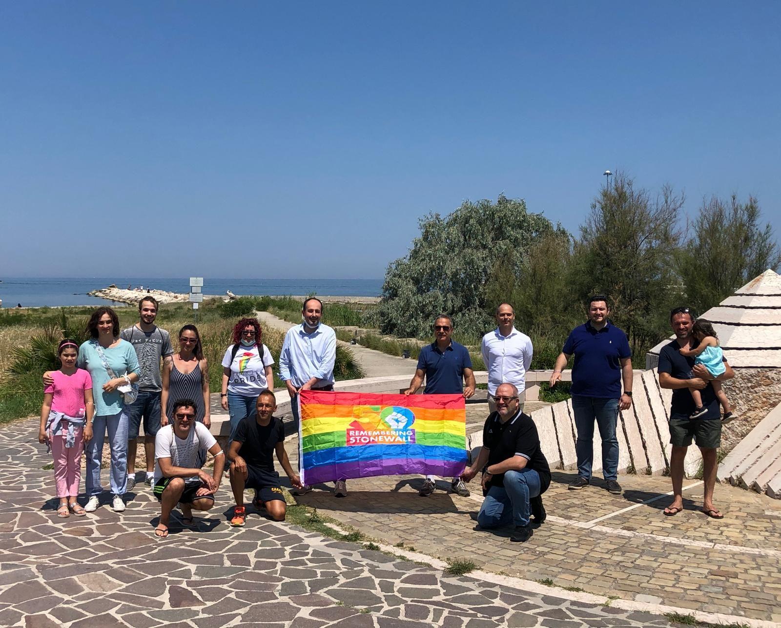 persone con bandiera arcobaleno