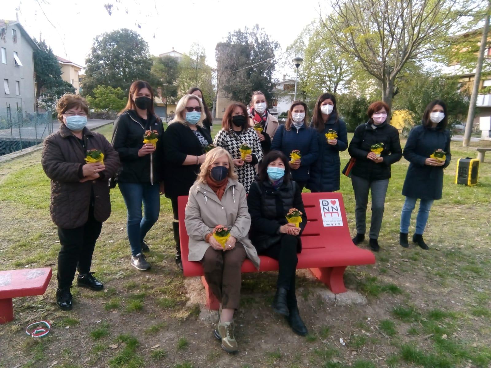 Donne associazione Villa C'è attorno e sedute nella panchina rossa