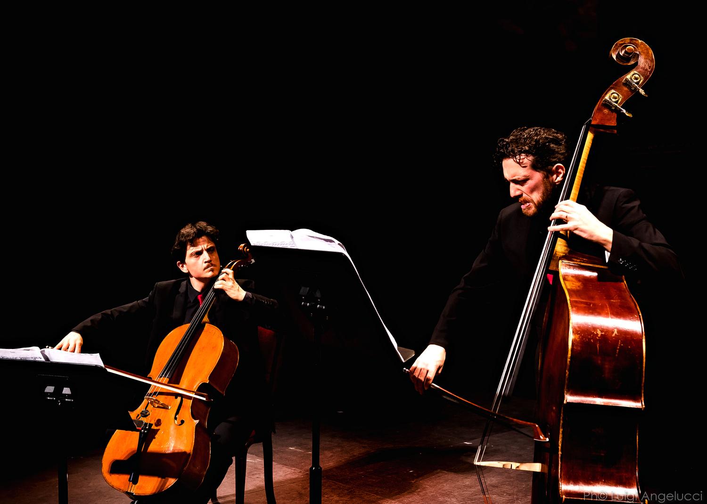 musicisti che suonano viola e violoncello