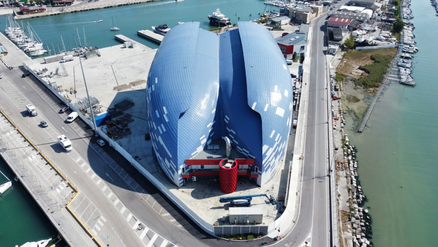 Cantiere navale tra i due porti