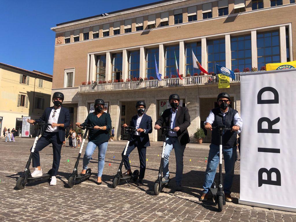 Tommaso Daniele, responsabile commerciale Bird Italia; Heidi Morotti assessora alla Sostenibilità; Riccardo Pozzi, assessore al Rigore; Daniele Vimini, vicesindaco e assessore alla Bellezza; Enzo Belloni, assessore all'Operatività.