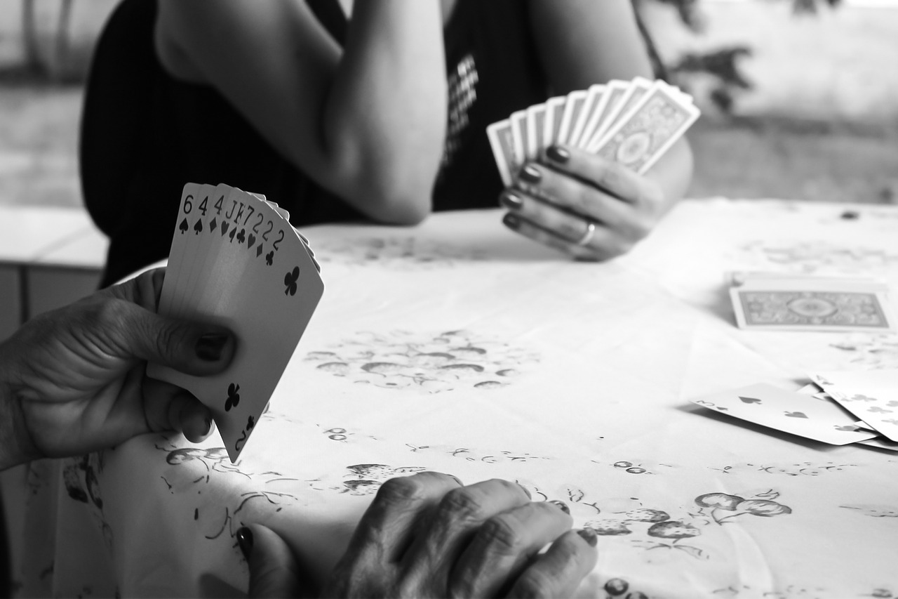 Anziani giocano a carte